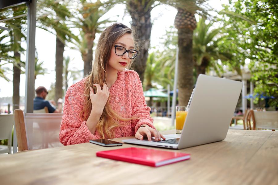 Tipe-tipe Wanita Saat Menggunakan Media Sosial, Anda Termasuk yang Mana